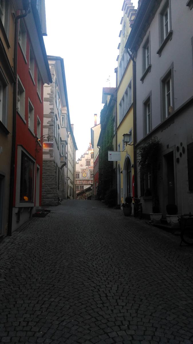 Узенькая улочка упирается в старую ратушу 1422-1436 г.г. постройки.