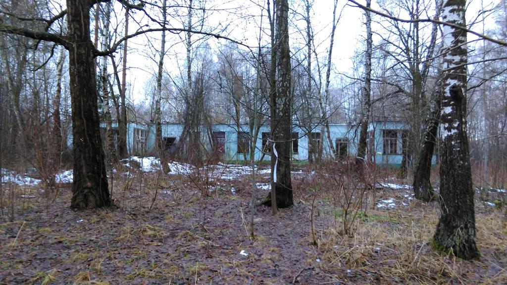 Одно из нескольких зданий на огромной территории лагеря.