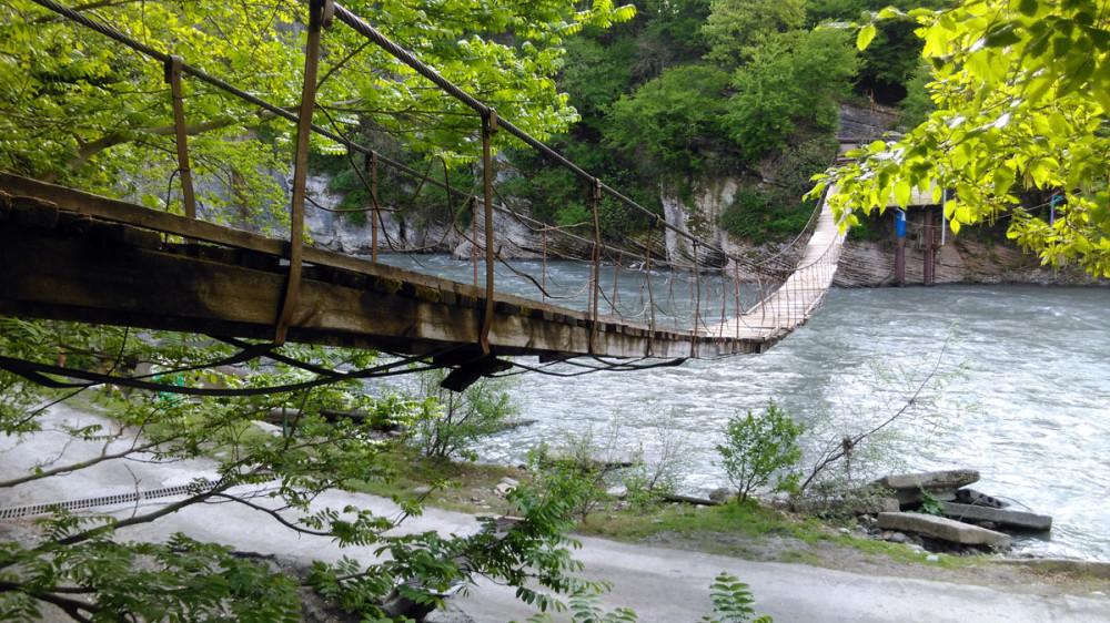 Течение реки достаточно быстрое и температура воды в это время года не располагает к купанию. Поэтому, шел по ненадежным доскам осторожно. А вот, местные ходили бодро, абсолютно не обращая внимание на раскачивающийся мост, гнилые доски и ржавые тросы.