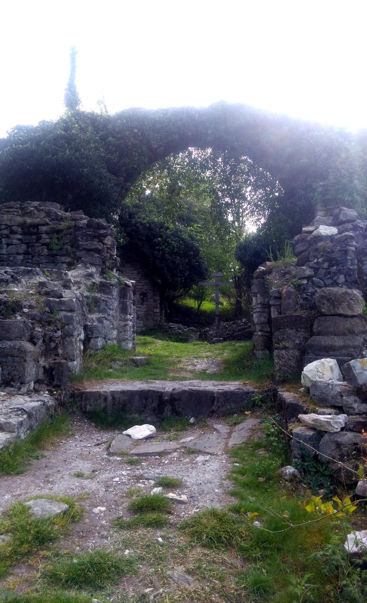 Далее проходим под железнодорожным мостом и подымаемся к селу Ахштырь, где расположены романтичные руины древнего Храма.