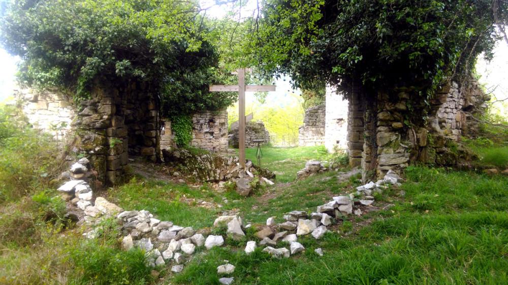 От половины стен остались только кучки камней. Но это не мешает проводить здесь мероприятия религиозного культа.