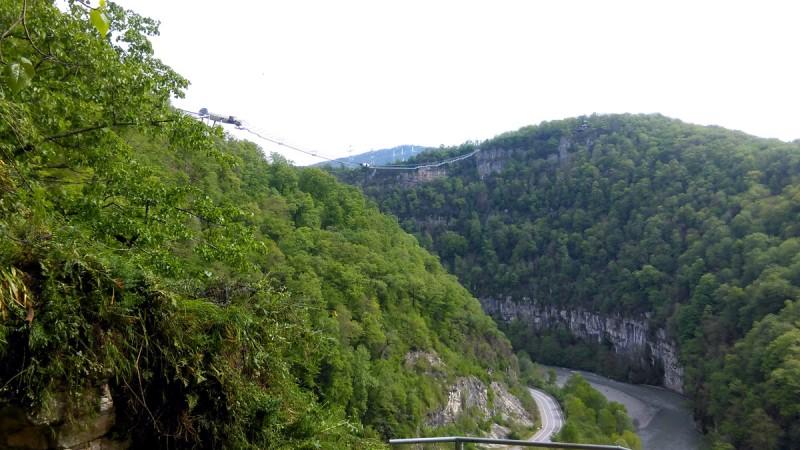 Вид от пещеры на реку и мост Скай-Парка.