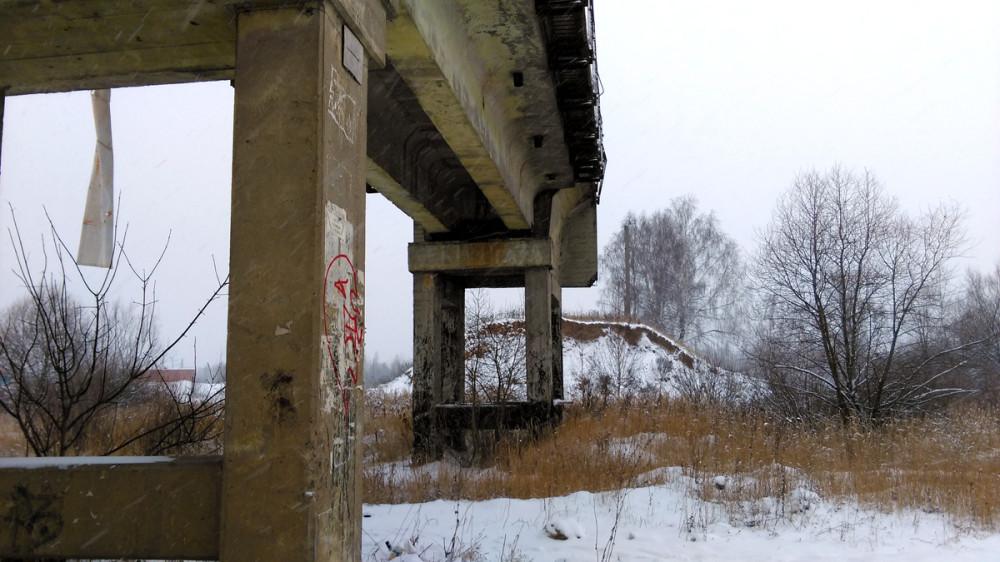 А дальше от моста насыпь продолжается. Рельсов уже, естественно, нет.