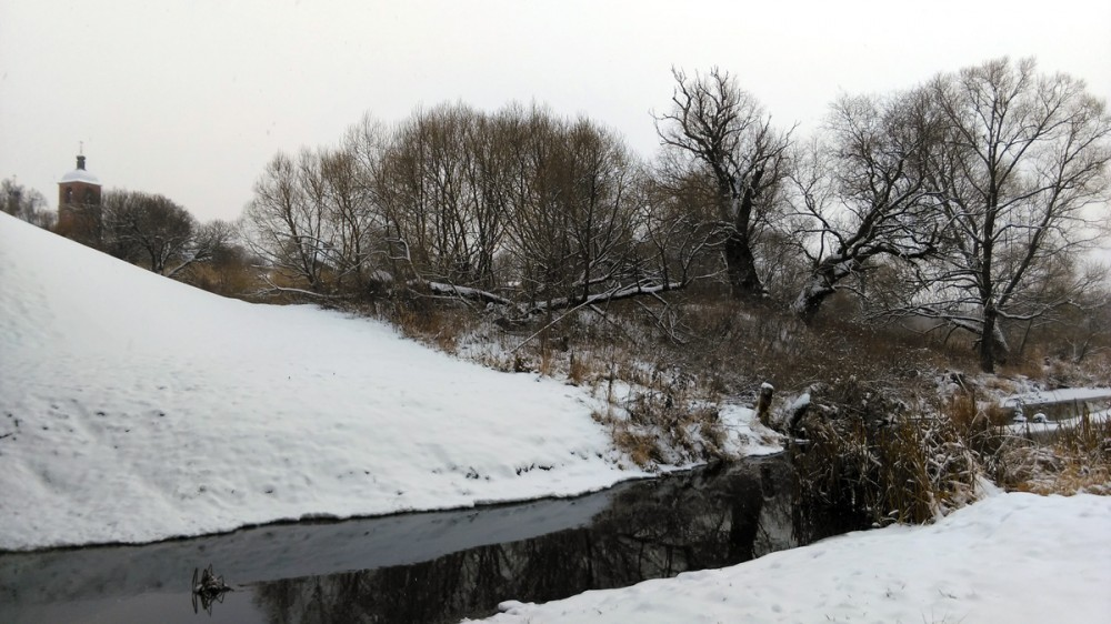 Река Каширка около моста перед въездом в село Липитино. В это время на колокольне зазвонили колокола. Красота!
