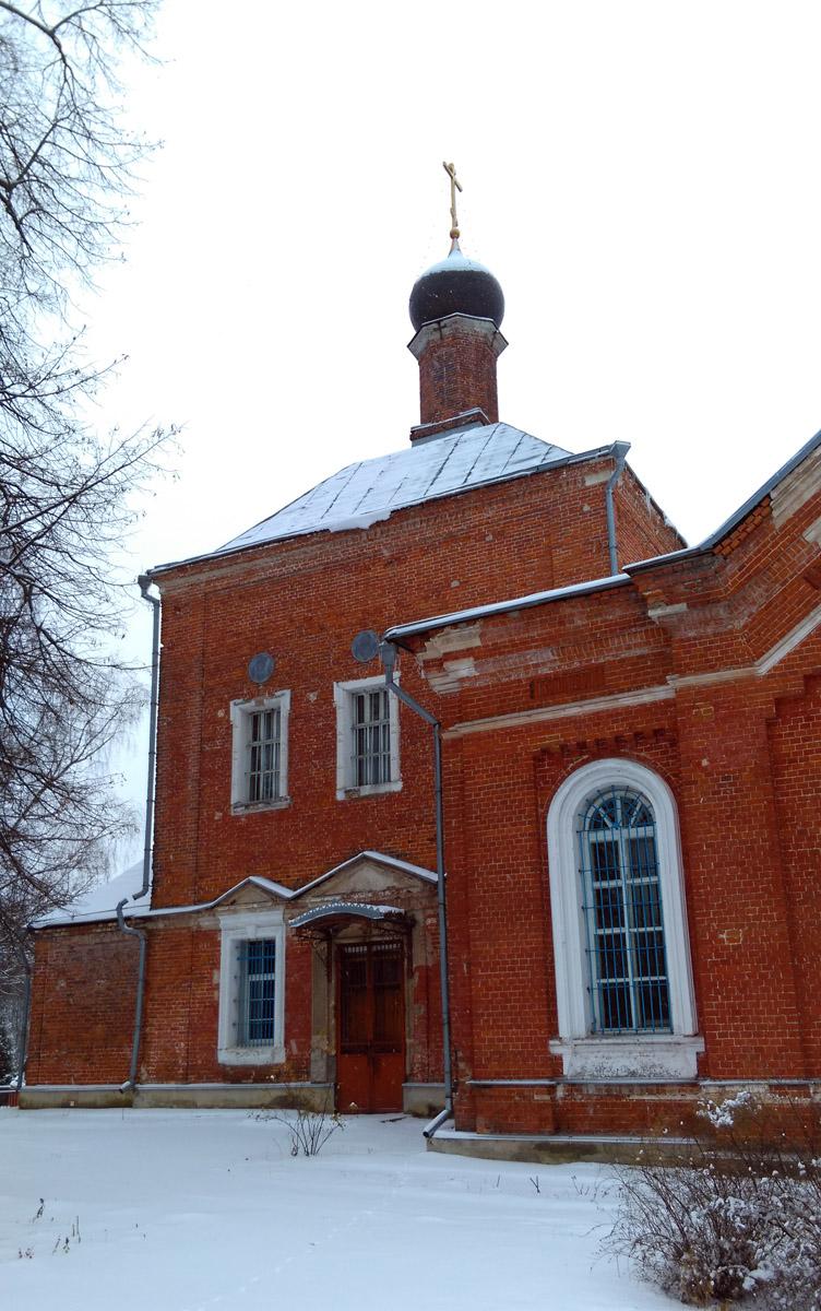 Ныне существующая каменная церковь была построена в 1810 г. в честь Успения Божией Матери, к которой в 1898 г. пристроена трапезная с престолами во имя святителя Алексия, митрополита Московского и святителя Николая.