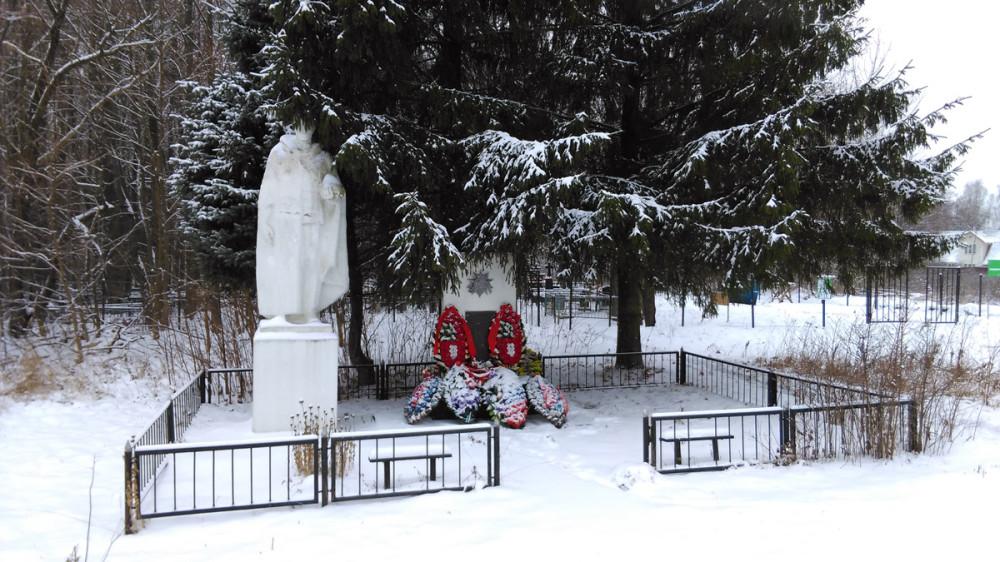 Памятник жителям с. Липитино, погибшим в Великой Отечественной войне. За памятником сельское кладбище.