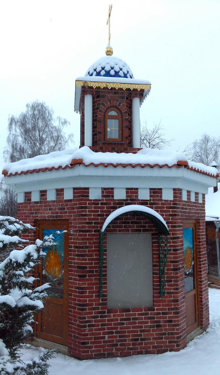 Кроме основного дома, несколько построек поменьше. Похоже на часовенку, но не уверен. На дверях изображен огонь.