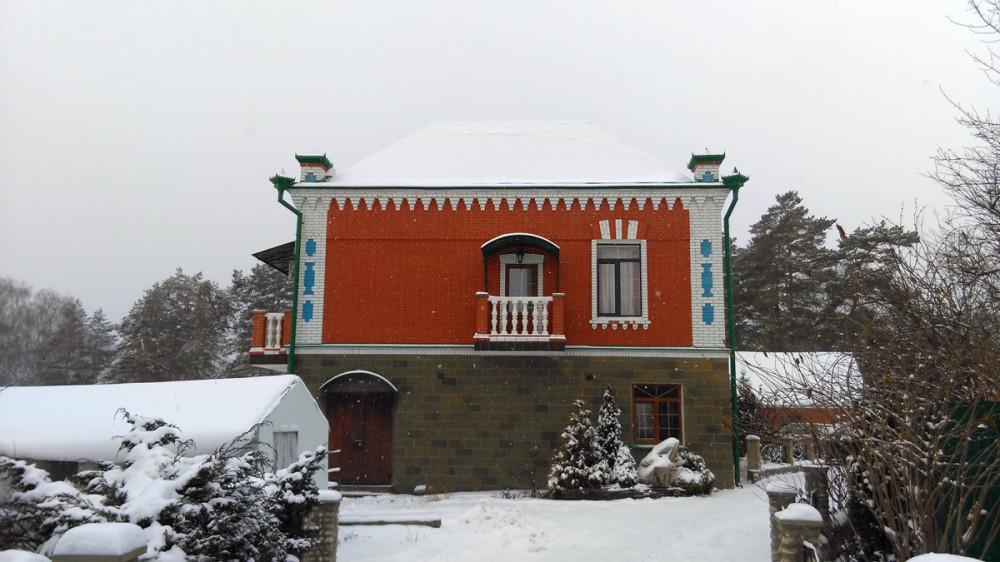 Так же видна теплица. На главном доме балкончик. Окраска и элементы дома и построек говорят об оригинальном видении архитектора данного места. )))