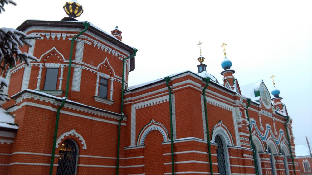 Храм сооружён в 1704 году в стиле московского барокко. Трапезная с престолами Усекновения главы Иоана Предтечи и Димитрия Солунского переделана в 1894 г. Колокольня 1908 г.