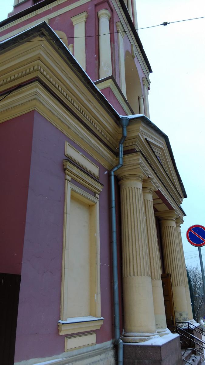Обратите внимание на четкие ровные линии рельефов и канелюр (вертикальных желобков) колонн. К сожалению, на стенах штукатурка кое-где потрескалась. Сильно в глаза не бросается, но тем не менее...