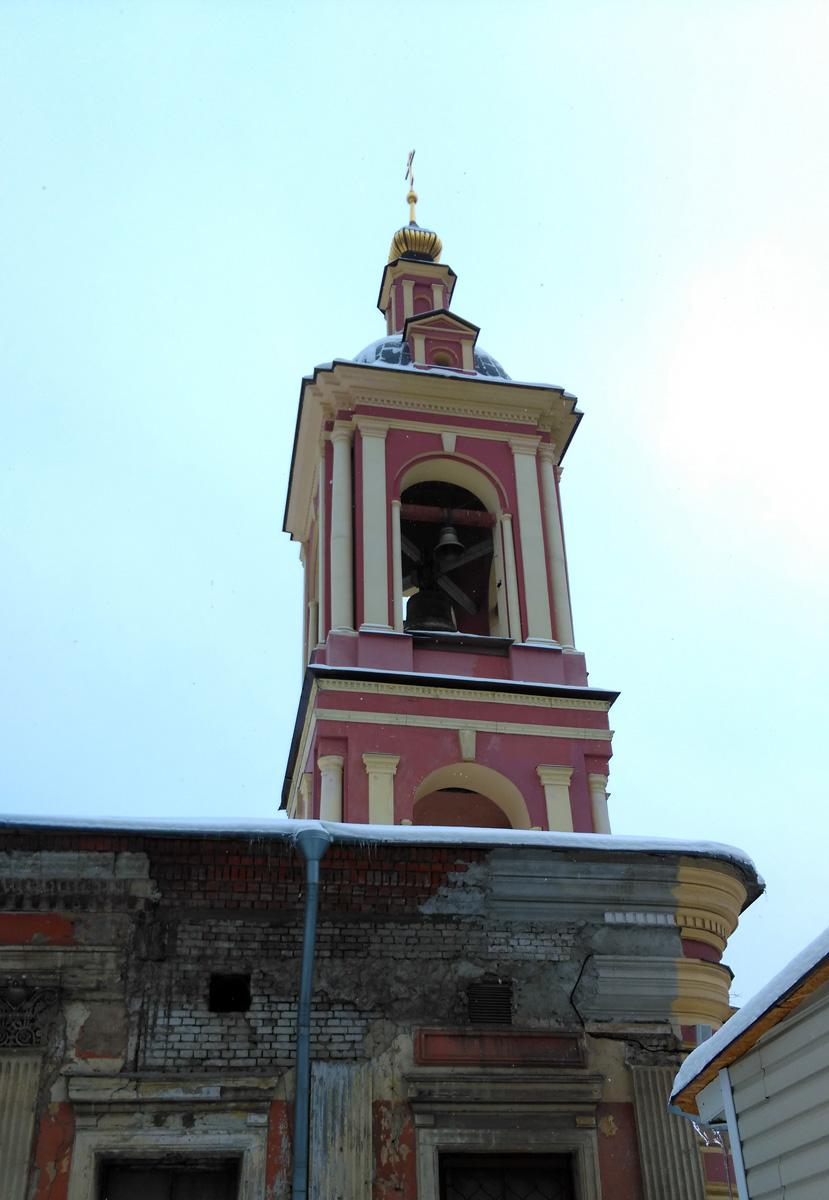 А вот, теперь серия фотографий, где можно увидеть в каком состоянии был храм до начала реставрации. Обратите внимание на серый кирпич. Эта часть стены была утрачена.