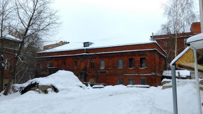 Здание церковно-приходской школы и богадельни. Крыша новая сделана, теперь сможет подождать своей очереди на реставрацию.