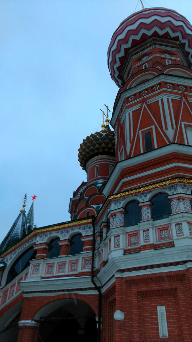 Как гармонично смотрится шатер со звездой башни Кремля среди шатров и купалов Храма Василия Блаженного.