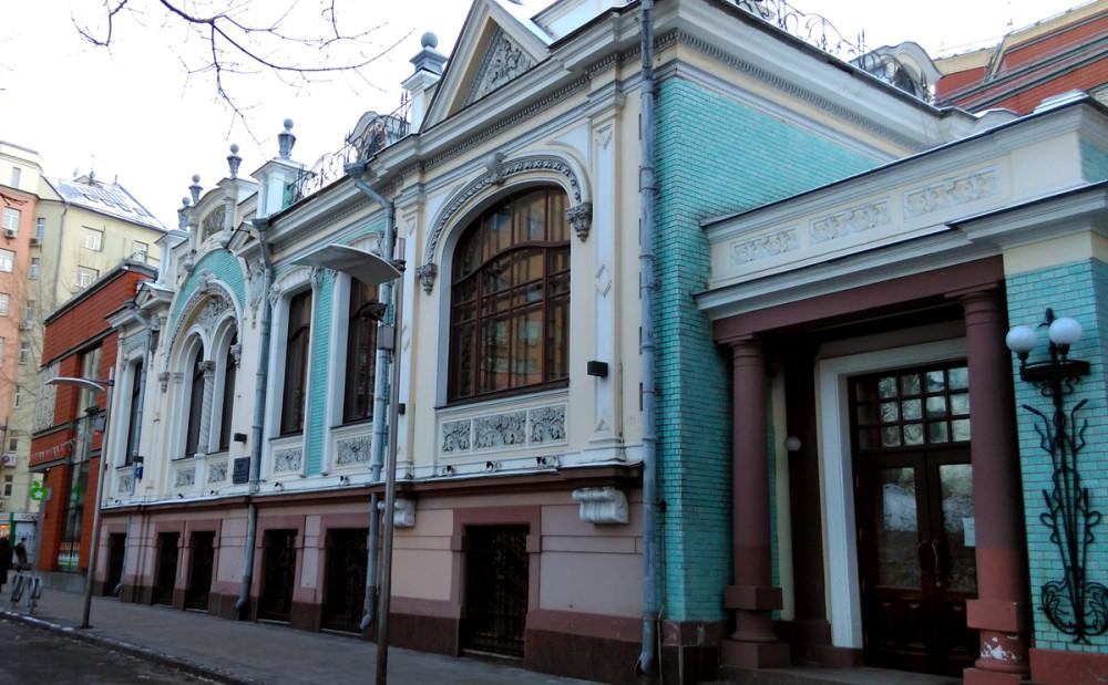 Особняк Л.Н. Гельтищевой — памятник архитектуры. Люблю здания в стиле модерн. И дальше еще несколько построек в этом стиле.