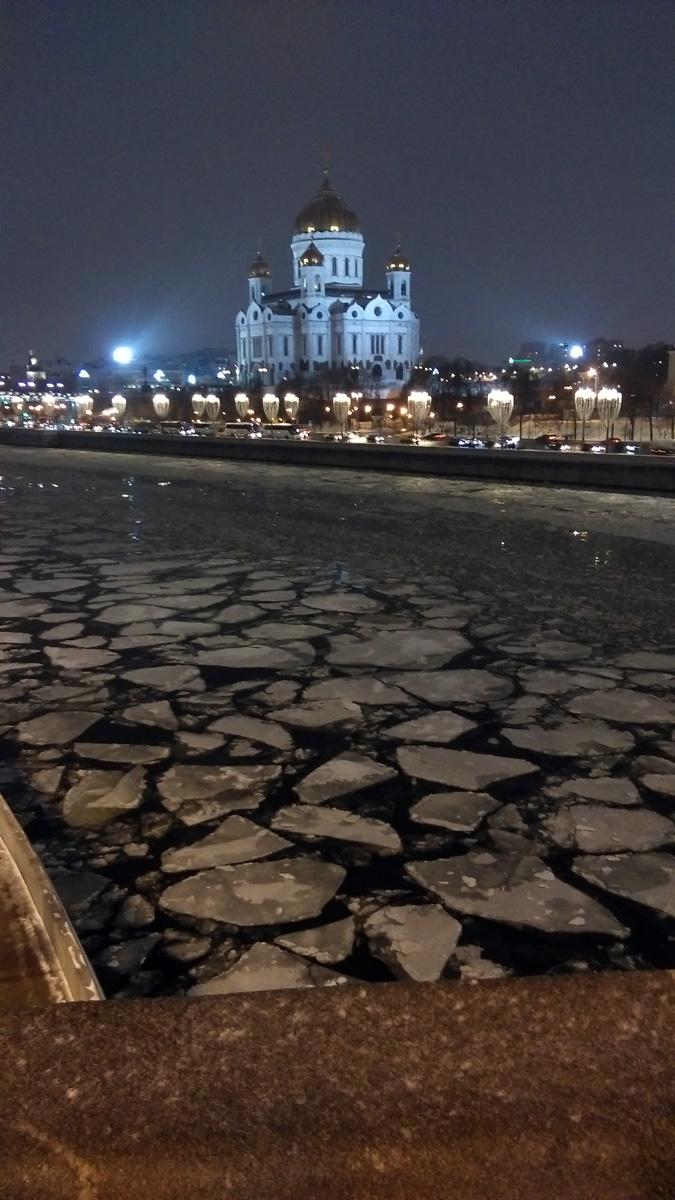 Вид на льдины с Большого Москворецкого моста.