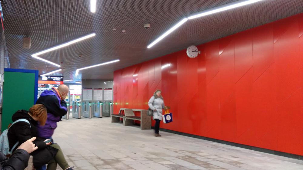 Остановочный пункт включает в себя две высокие островные платформы, частично расположенные на путепроводе над МЦК. С платформ возможен выход на все три действующих пути Павелецкого направления.