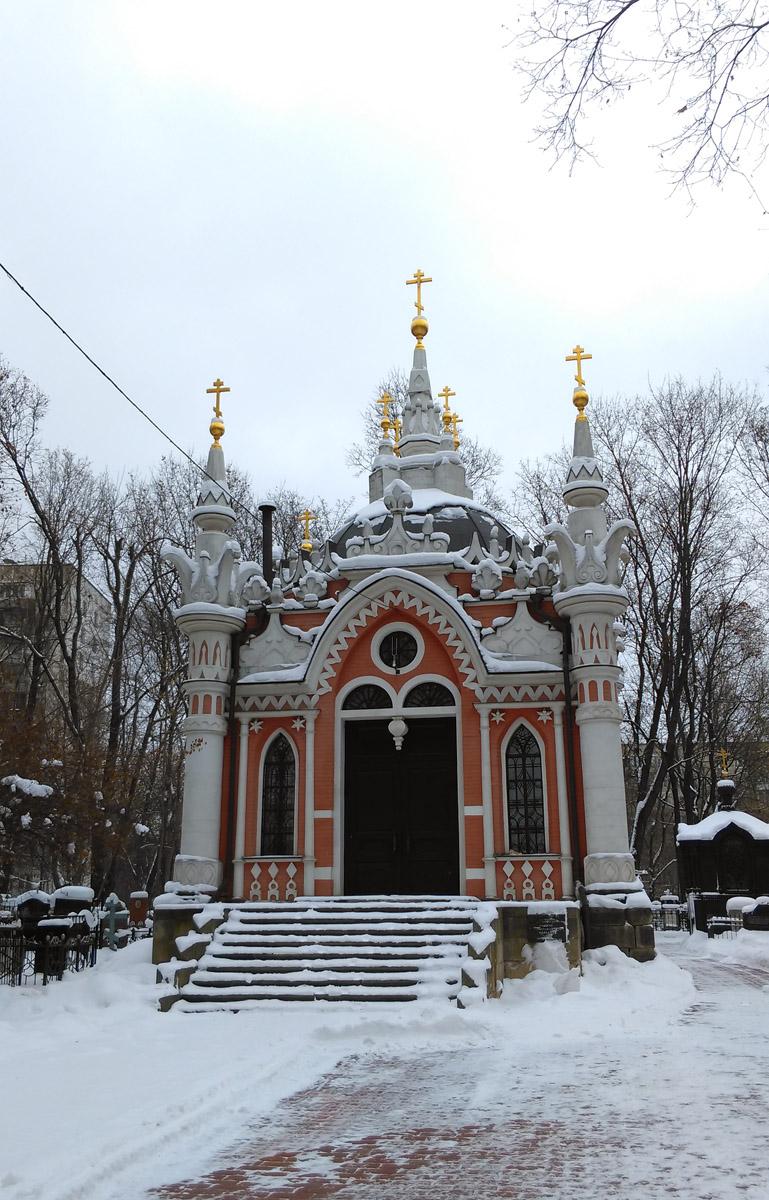 Надевал могилу деда на военном Преображенском кладбище. Заодно сфотографировал часовню Николая Чудотворца. Неоготика, тоже мне очень нравится.