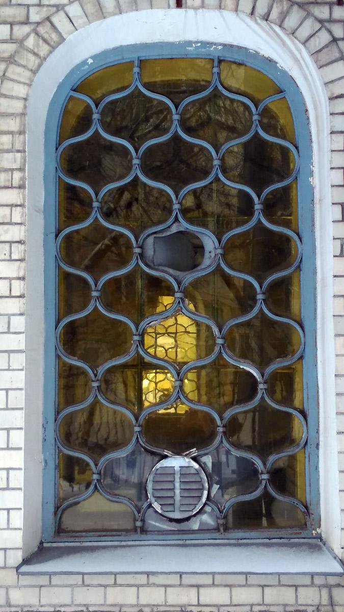 Интересная система вентиляции встроенная в решетку-переплет цветного окна.