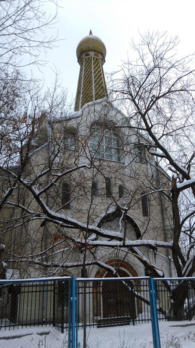 Мне храм напоминает не только сказочный теремок, как и большинство зданий построенных на стыке модерна и русского стиля, но еще и маяк из-за характерного сочетания маленькой луковки на длинной ножке шатра.
