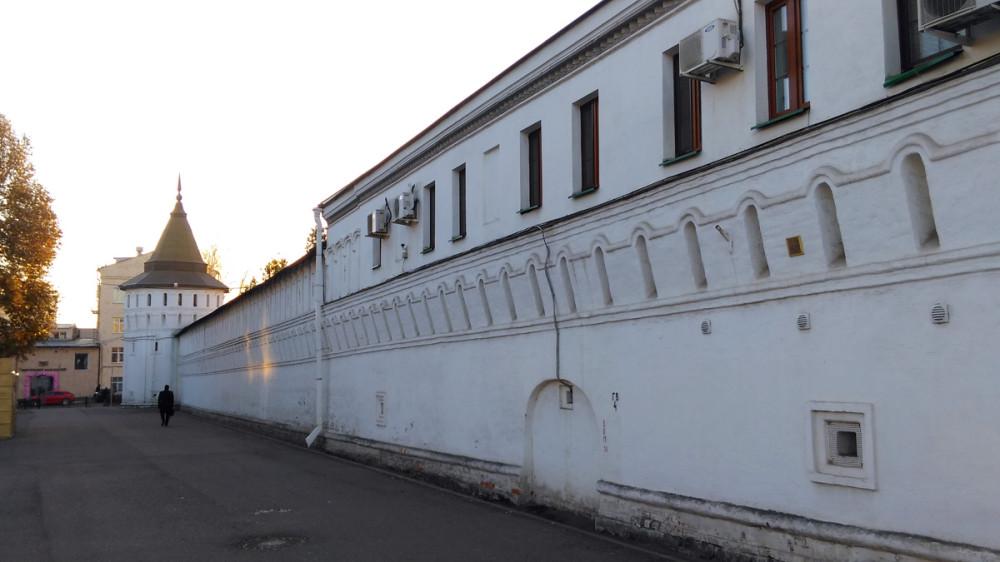 Казначейские кельи и Новоданиловская башня (Построена в XVII в.).