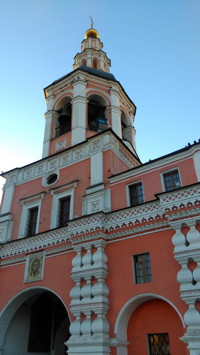 Надвратная колокольня с церковью Симеона Столпника.