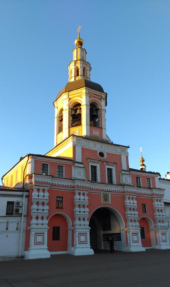 После закрытия монастыря в воротах церкви находился контрольно-пропускной пункт в детскую колонию. К 1982-му три верхних яруса храма-колокольни и его глава были снесены, а через два года восстановлены в прежних формах. Высота колокольни – 45 м