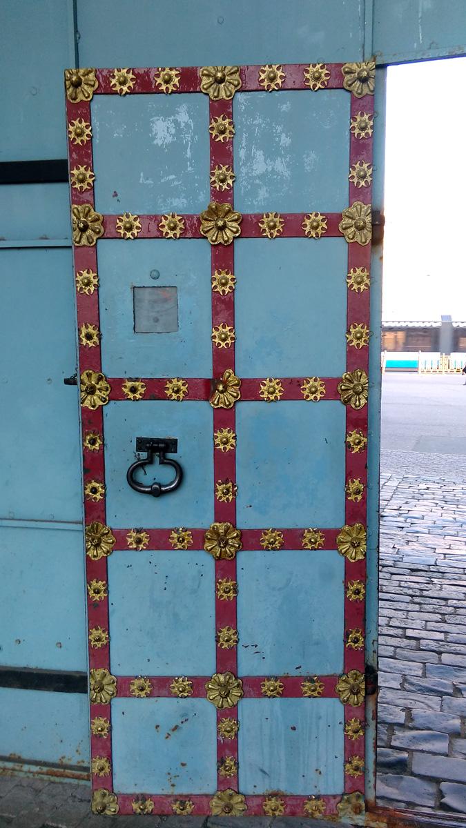 Железная дверь в воротах колокольни.