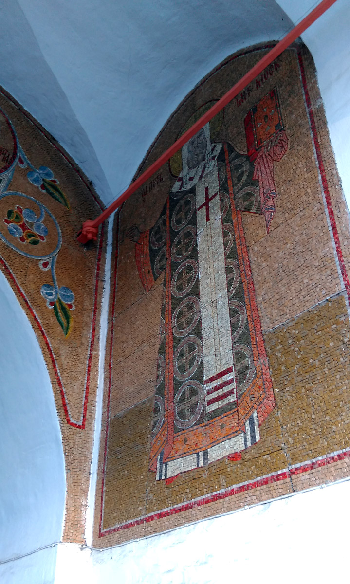 Мозаика под сводами колокольни и силовой каркас.