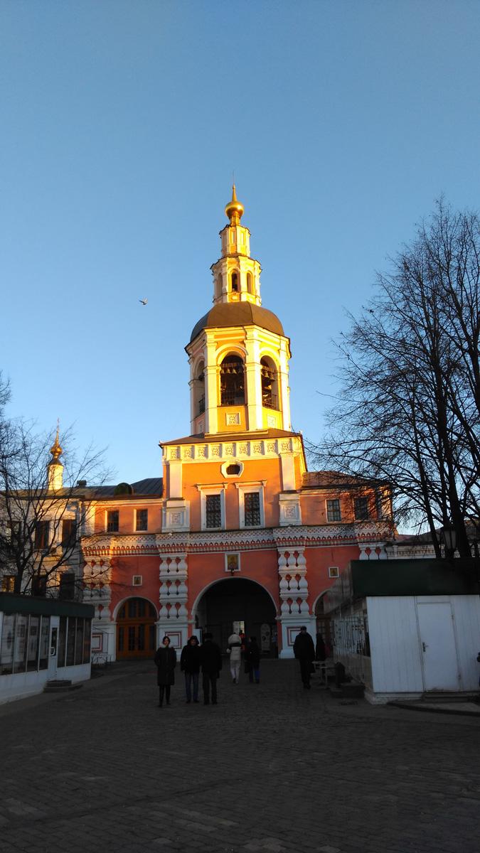 Вид на колокольню с территории монастыря.