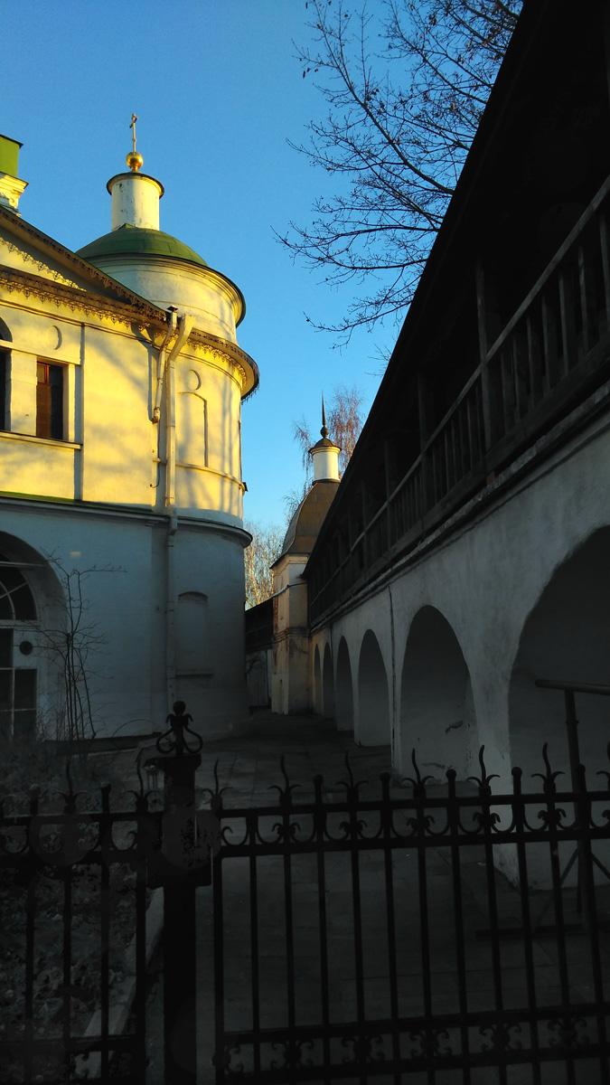 Часть восточной стены и Кузнечная башня Данилова монастыря. А слева Церковь Святых Отцов Семи Вселенских Соборов.