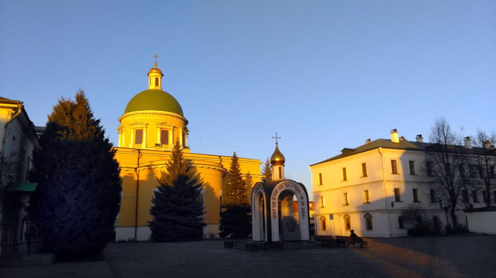 Надкладезная часовня на Cоборной площади. Построена в 1988 г. в честь 1000-летия Крещения Руси под рук. арх. Ю.Г. Алонова.