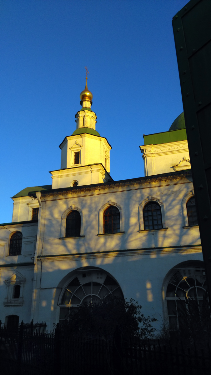 В 1806 году в верхнем храме были устроены два придела – во имя благоверного князя Даниила Московского (северный) и святых страстотерпцев благоверных князей Бориса и Глеба (южный).