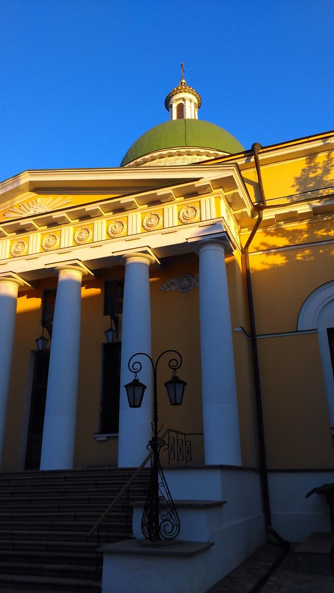 Троицкий собор построен в 1838 году на средства купцов Куманиных и Шустовых по проекту архитектора Осипа Бове в стиле позднего классицизма.