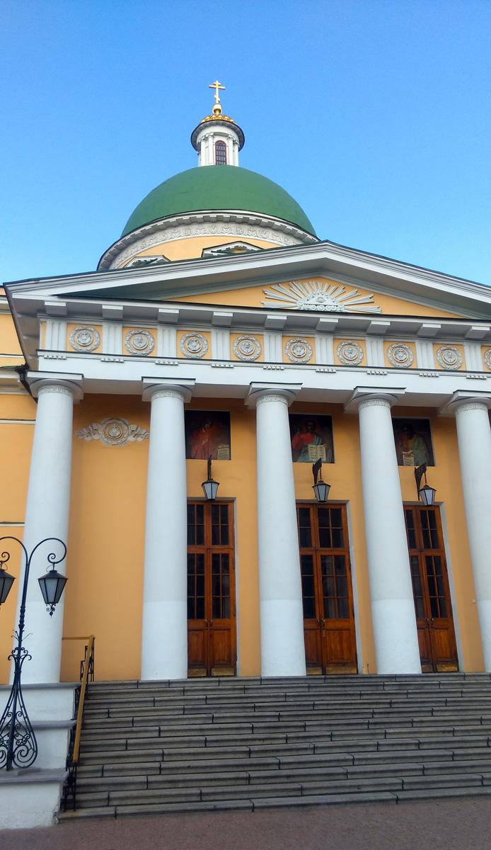 Когда кортеж Патриарха и его свита приезжают в Резиденцию, то улицу Даниловский Вал перекрывают для движения автомобилей и трамваев.