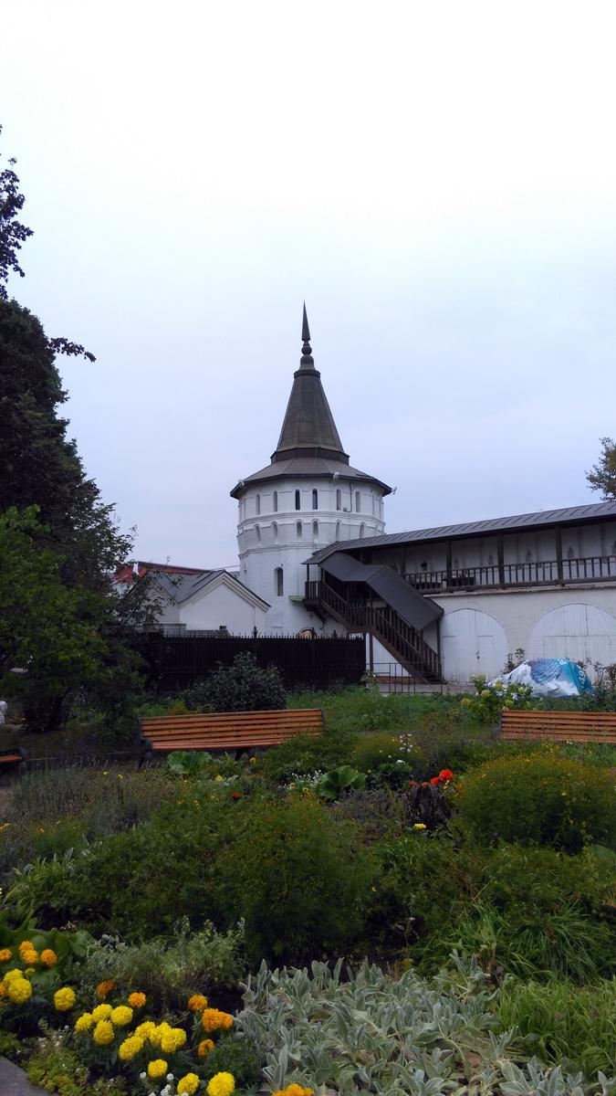 Цветочная клумба и Нагорная башня Данилова монастыря.