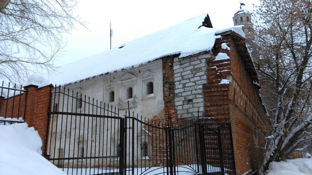 Казначейские кельи и фрагмент западной крепостной стены.