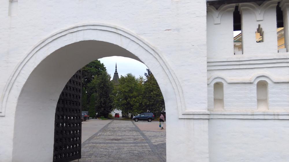 Вход в монастырь со стороны храма Воскресения Словущего.