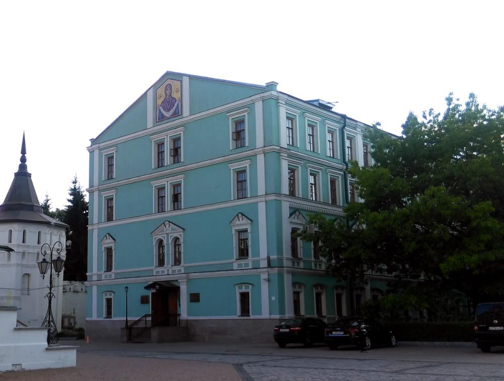 Само здание это бывший Певческий братский корпус, строение XVII-XVIII века.
