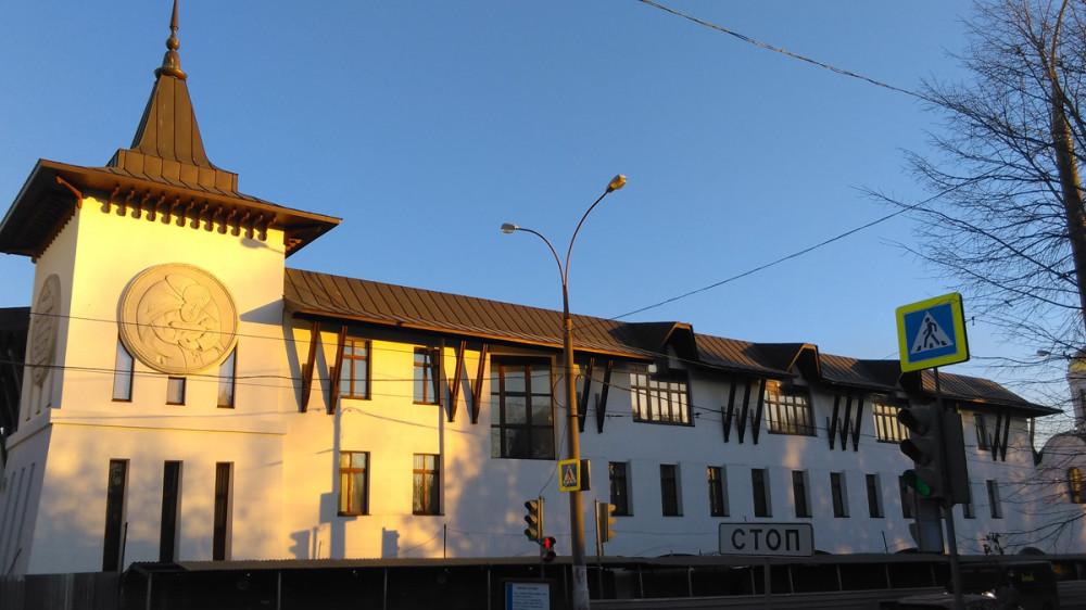 Строящийся религиозный молодёжный центр при Даниловом монастыре. Здание на стадии медленного строительства из-за приостановленного финансирования.