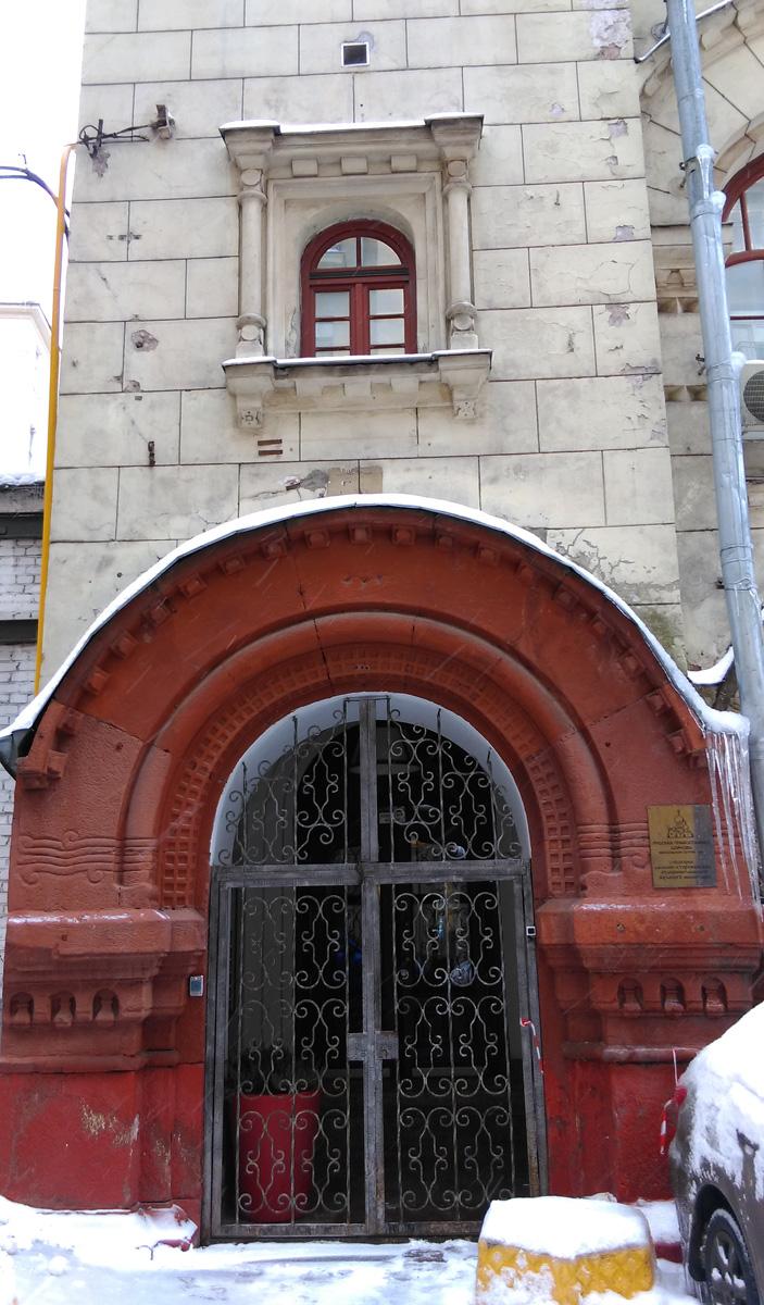 Арка в основании левой башни.