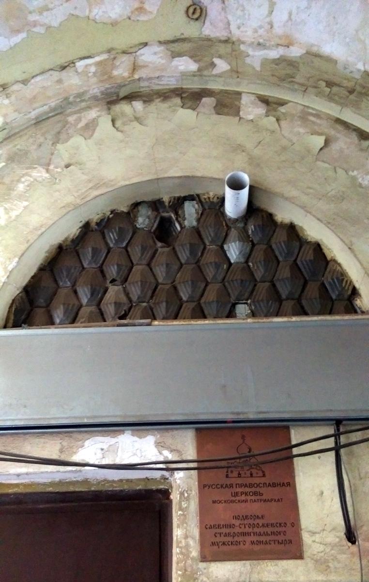Под аркой справа дверь над которой стеклянные блоки Фальконье. Еще один из ценных артефактов в отделке дома.