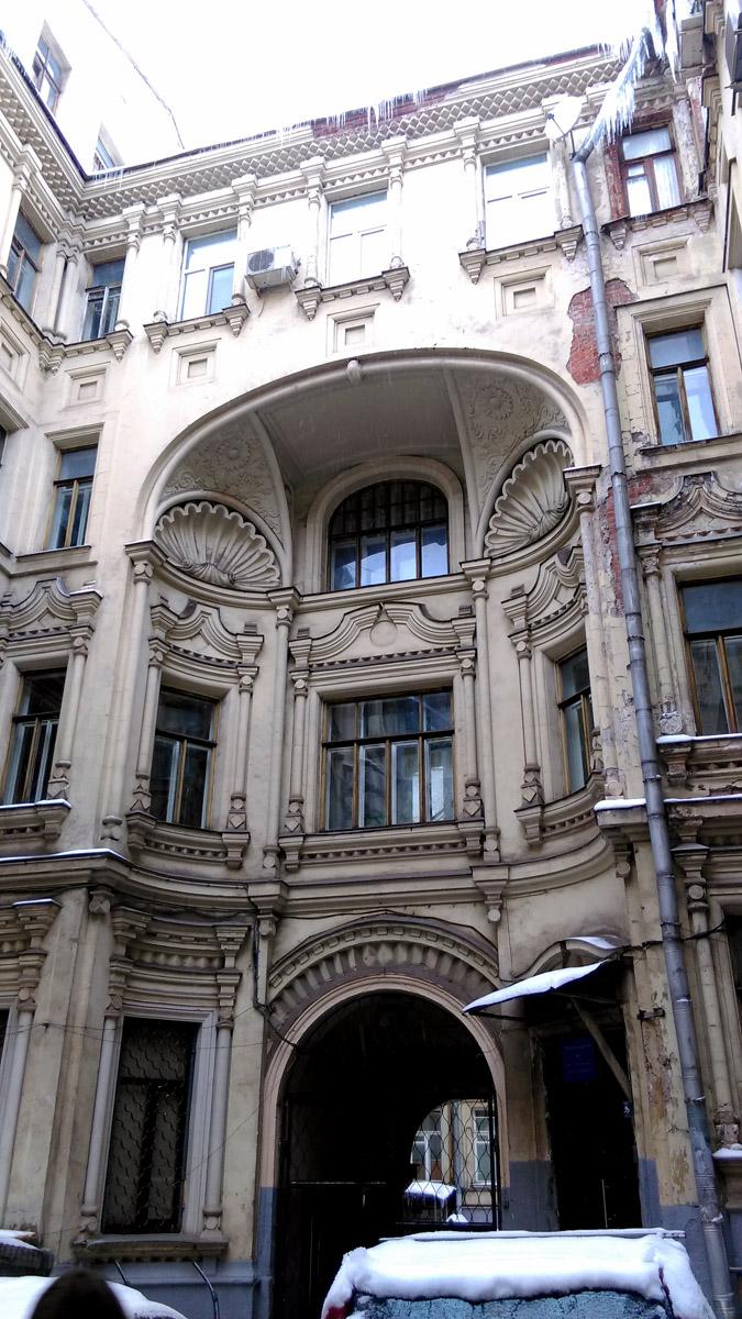 Обычно, внутренние фасады зданий имеют упрощенный декор, либо его полное отсутствие. А тут, богато украшенные стены, еще и в другом стиле! Красота!