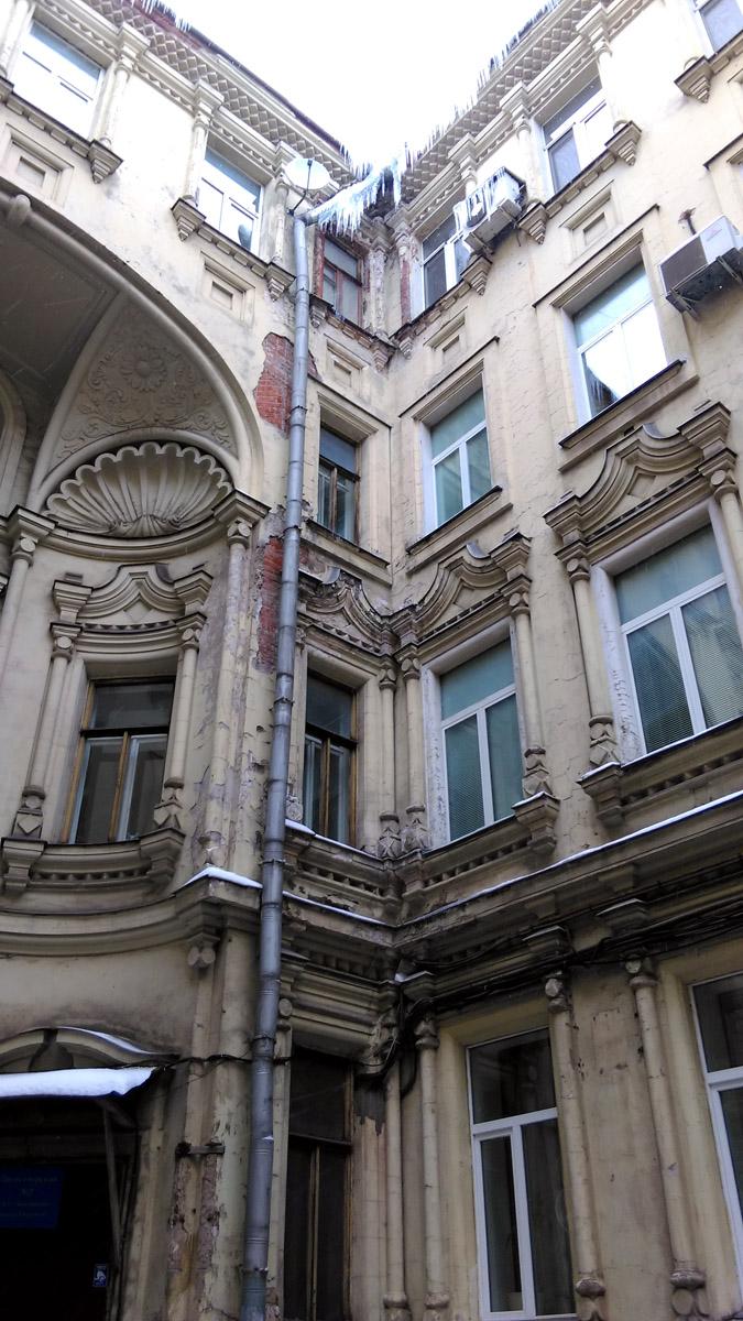 Кстати, двор-«колодец»  напоминает Ленинградский, в том числе и по состоянию стен. Трещины, сколы, провода и тп.