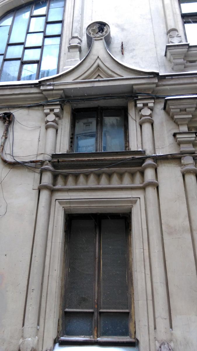 Окно первого этажа.