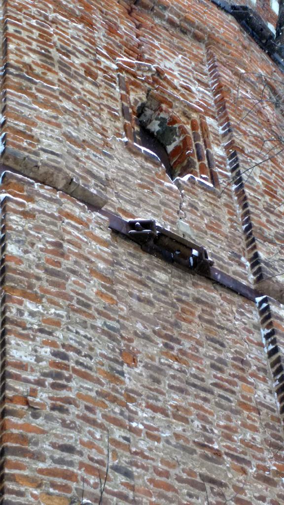 По периметру башни проложен укрепляющий металлический бандаж. К сожалению, не нашел информации, когда его монтировали.