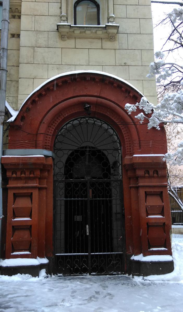 Арка и дверь в основании правой башни.