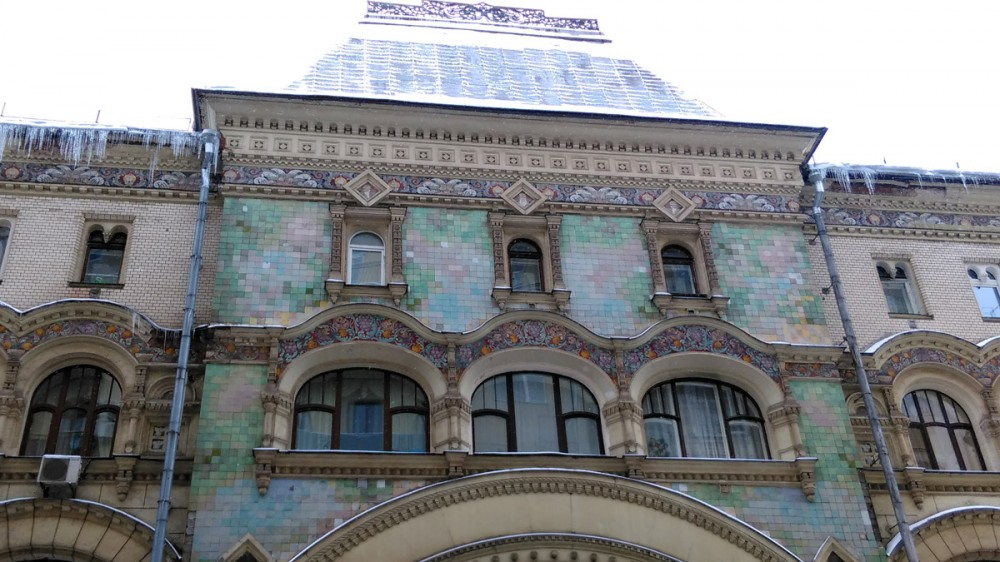 Центральная группа богато украшенных окон
