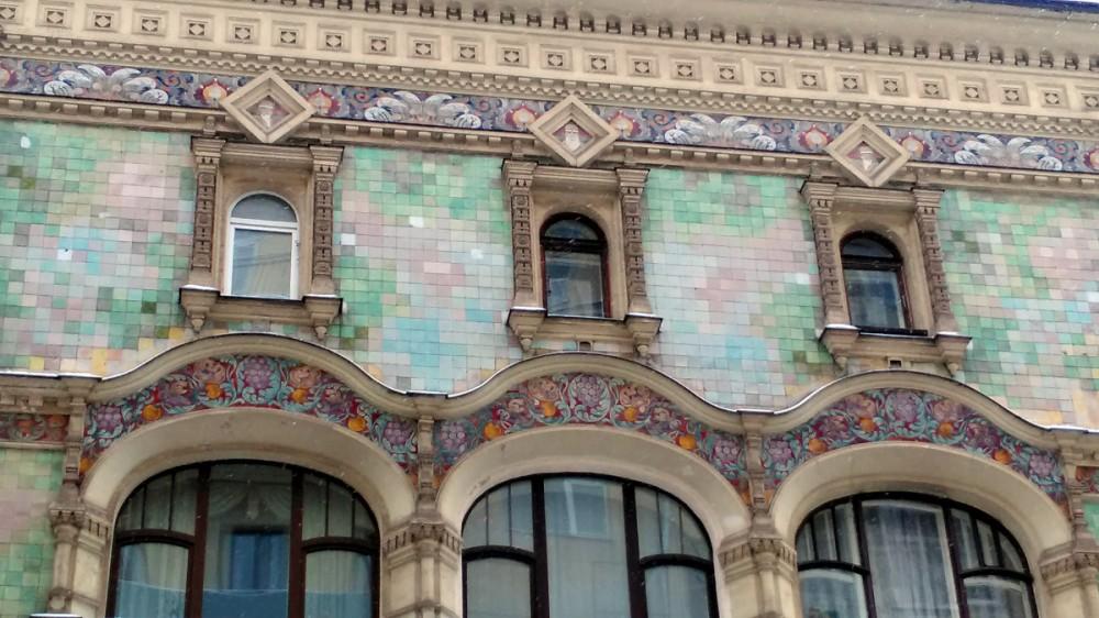 Красивые узоры Абрамцевских изразцов над окнами  и пиксельная плитка стен.
