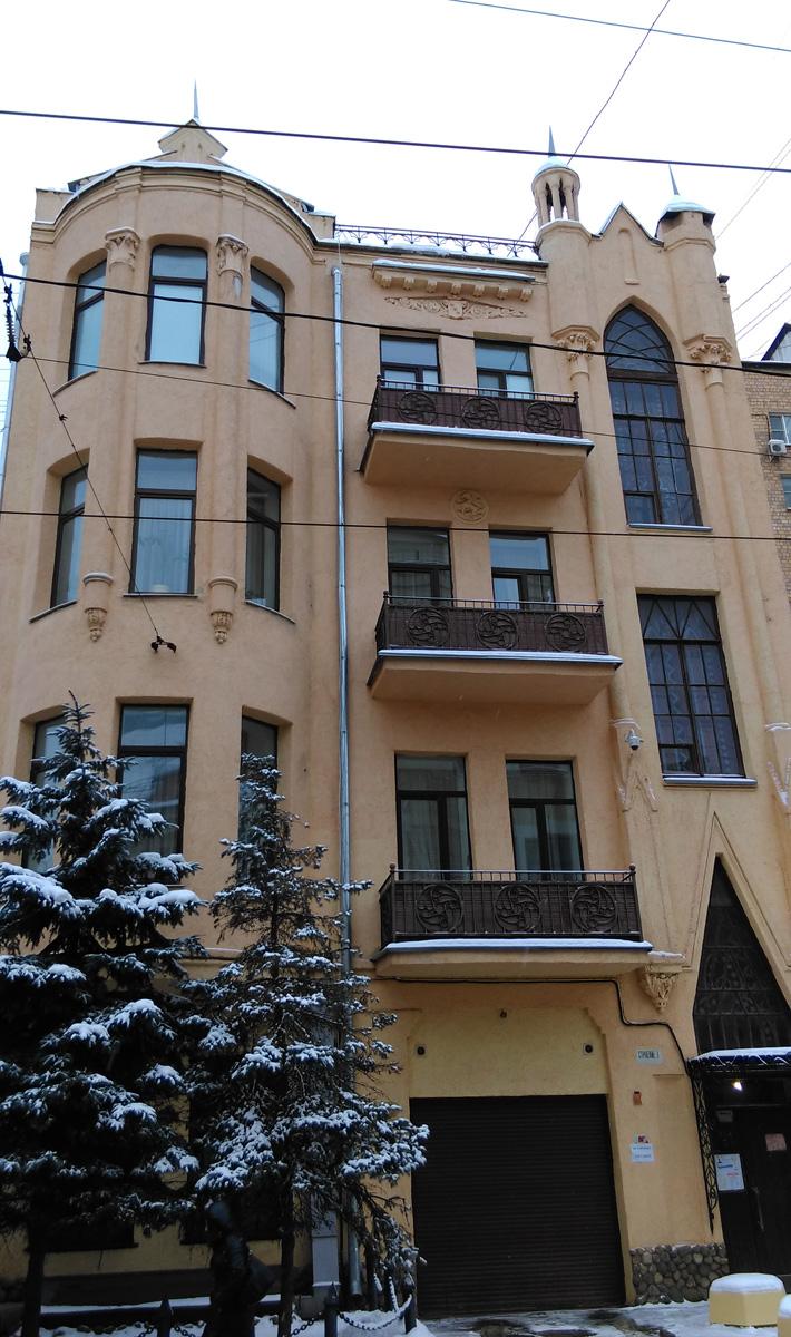 На каждом этаже дома всего одна квартира. Очень уютно.