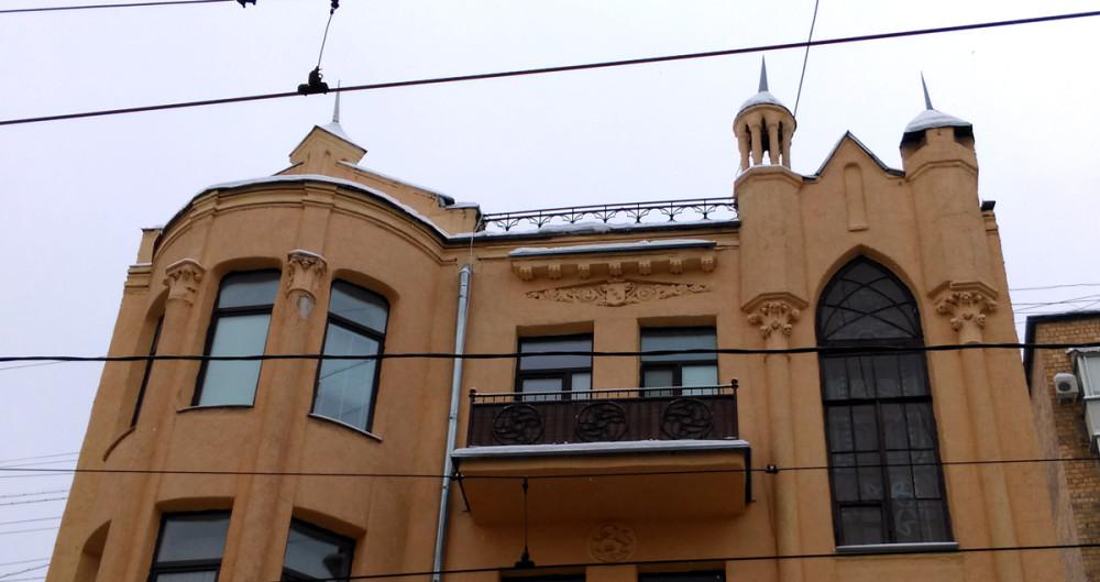 Симпатичные небольшие башенки со шпилями.